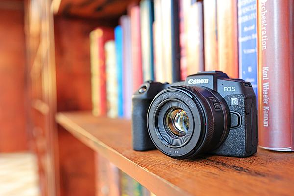 (04) Canon RF 50mm f1.8 STM 大光圈標準定焦鏡頭正式開賣,物超所值的價格及超輕巧的體積,拍攝各種題材都很適合使用,可說是攝影愛好者隨身必備的一顆定焦鏡。.png