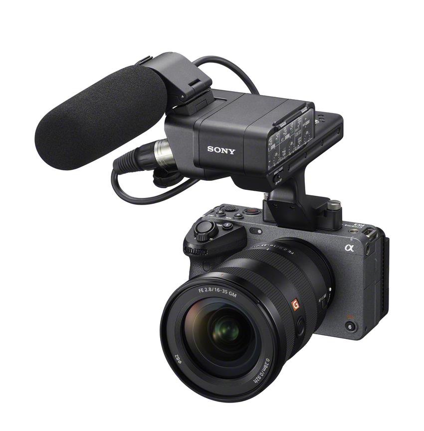 圖2) Sony FX3 的 XLR 把手具有 XLR、TRS 音訊輸入端子,可選購 XLR 麥克風將數位音訊數據直接傳輸到相機,達到優異的音訊收錄效果;並具備優異光學影像穩定系統 ,即便在4K影像錄製模式下手持拍攝,也能獲得穩定清晰的畫面。.png
