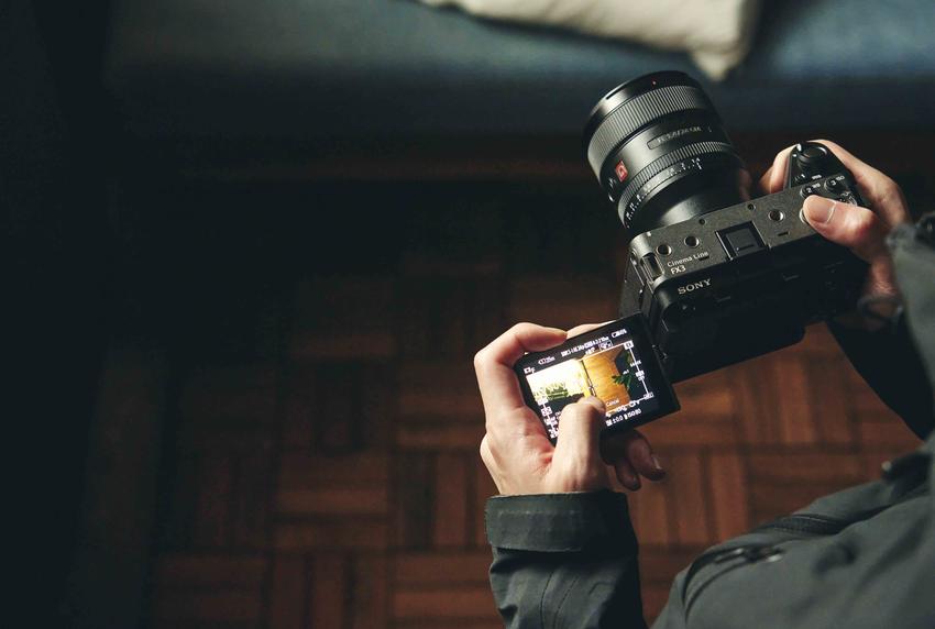 圖4) Sony FX3 採用高速混合式自動對焦系統,配備即時眼部偵測自動對焦與觸控追蹤;側翻式多角度觸控 LCD 螢幕提供更簡易直覺的操作,適用於安裝在穩定器上進行拍攝、完成多元角度取景等需求。.png