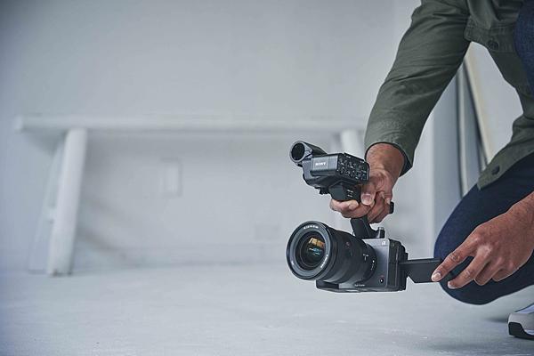 圖3) 重量僅為 715 克且體積小型化設計的 FX3 是 Sony Cinema Line 陣容中最輕巧的機種;機身上的 XLR 把手經過精心設計,支援長時間拍攝優異的靈活性、穩定性和舒適度。.png