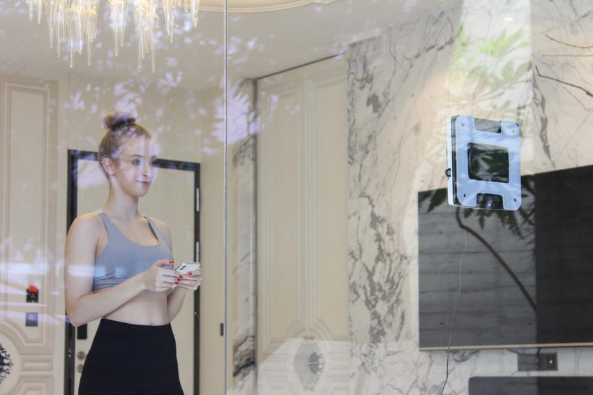【新聞配圖】HOBOT-2S擦窗機器人首次採用語音提示系統,開放創意語音功能,使用者能透過HOBOT APP收錄喜愛的聲音替換預設語音,不須緊盯玻妞也能隨時掌握擦窗狀態,即使一個人宅在家抗疫清潔也不孤單。.png