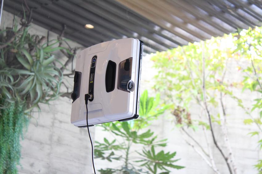 【新聞配圖】新一代HOBOT-2S擦窗機器人擁有更佳的吸力和爬升力,行走過的每一寸髒污都能被快速溶解、拭淨且不留水痕。.png