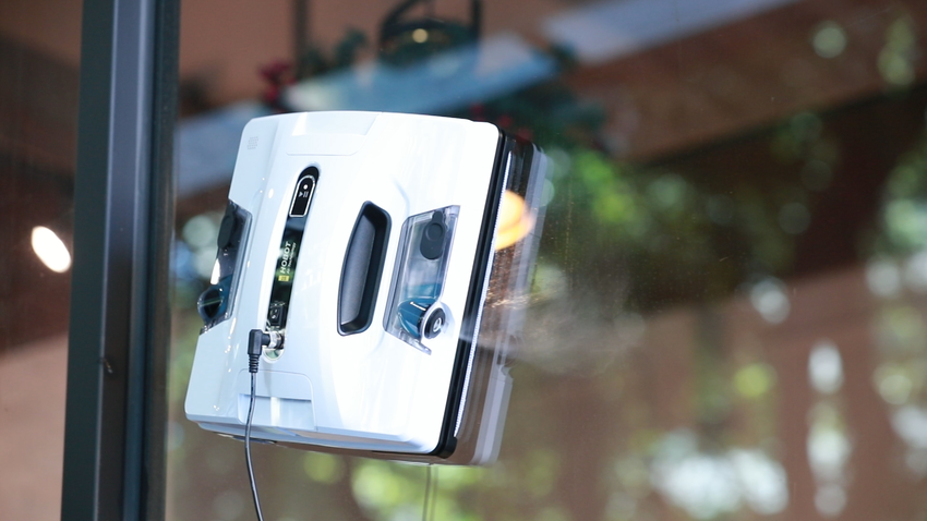 【新聞配圖】HOBOT-2S擦窗機器人搭載全新雙邊超音波噴嘴,雙邊噴水使窗戶清潔更均勻且乾淨,擦拭每平方公尺僅需要1.3毫升的水,環保省水一次搞定。.png