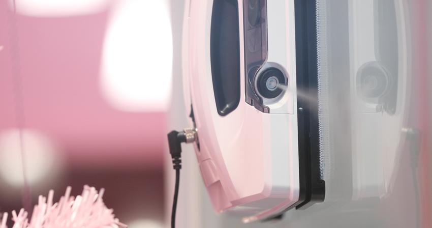 【新聞配圖】HOBOT-2S擦窗機器人左右兩側搭載可拆卸替換的卡匣式水箱及超音波噴嘴,霧化出15微米的水珠均勻噴灑在玻璃表面,達到仿人呵氣的清潔效果。.png