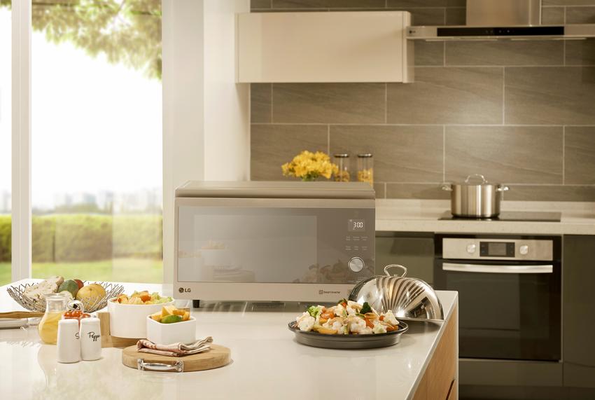 06 - LG NeoChef 智慧變頻蒸烘烤微波爐奢華鏡面延續了 LG 家電一貫的時尚設計風格,直覺式的操作面板更讓全家人都能輕鬆上手,享受居家時光,一同創造廚藝新美學!.png