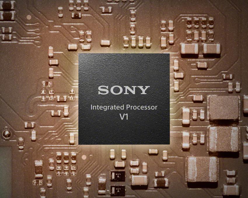 圖 2) WF-1000XM4搭載更小尺寸的高傳真降噪處理器V1,優異的演算法達到最好訊噪比表現以及聲音處理的低失真率。.png
