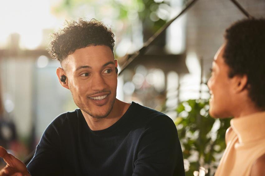 圖 4) WF-1000XM4支援Speak-to-Chat快速聊天模式,只要使用者開口說話時,內建麥克風則會即刻辨識、自動暫停播放音樂並接收環境聲音方便交談.png