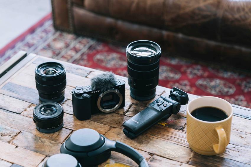 圖4) Sony 可換鏡數位相機 Alpha ZV-E10 可視需求搭配 E 接環系統多元焦段鏡頭,增加拍攝靈活度,讓創作不受限。.png