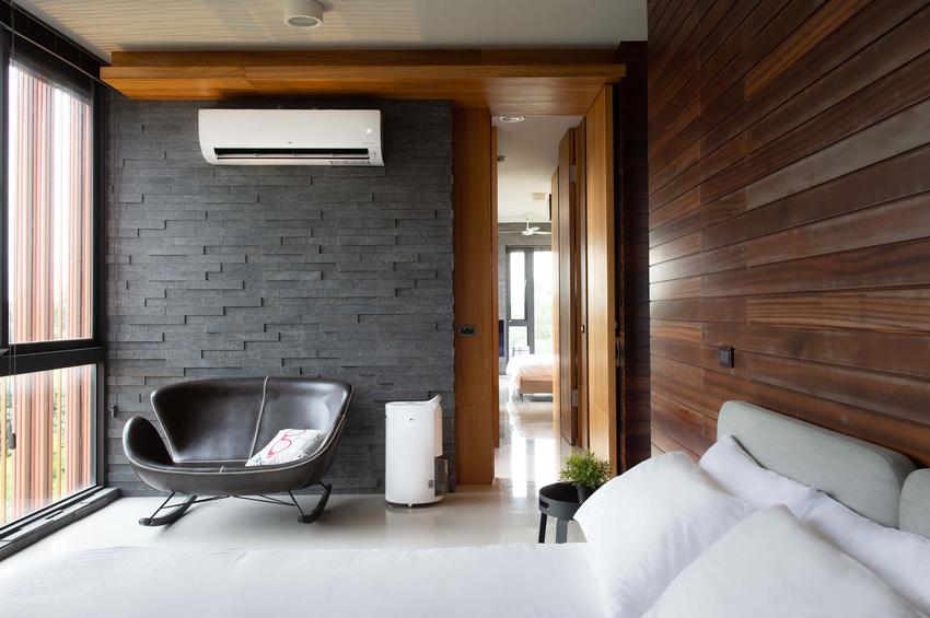 03-在入屋前透過ThinQ App開啟各層DUALCOOL WiFi雙迴轉變頻空調及PuriCare WiFi變頻除濕機,一踏進屋內就能享受沁涼溫度及清新空氣。.png