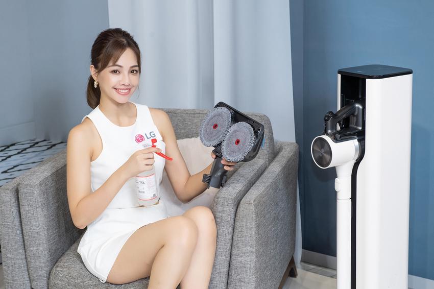 LG A9 T系列All-in-One濕拖無線吸塵器打造事半功倍的清潔體驗,「乾吸濕拖」功能同步進行,也能於地面或抹布上噴上酒精或消毒水清潔,達到更深層殺菌效果。.png
