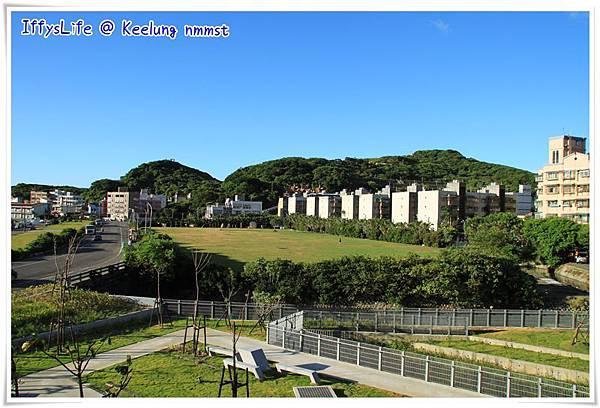 """從探索館2樓陽台看八斗子地區,前方的草皮是""""海洋生態館區""""預定地。 (我比較喜歡綠油油的草皮耶)"""