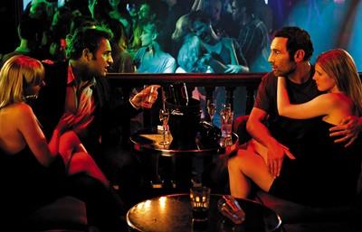 尚杜賈丹在新片《偷情大丈夫》中親自上陣演出劈腿百招,帶著戲裡戲外的好兄弟一起瘋,還大玩4P [0615]