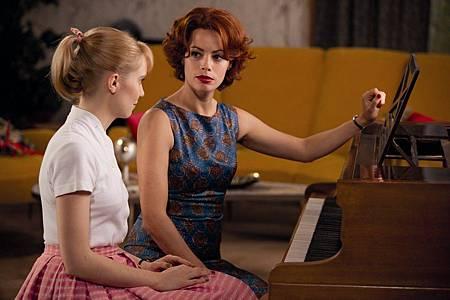 貝芮妮絲貝喬 (右)與女主角黛伯拉馮索(左) (复制)