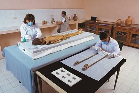20120516考古現場_Lady of Cao in lab