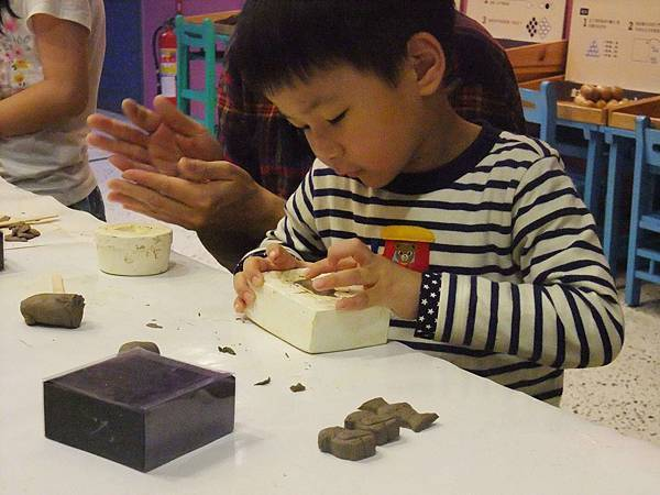 要將陶土將陶模倒出,也是需要技巧的呢!