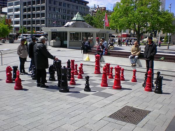 有人在大教堂廣場前玩西洋棋喔