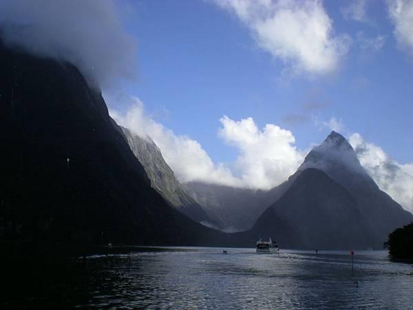 Milford Sound的U型谷