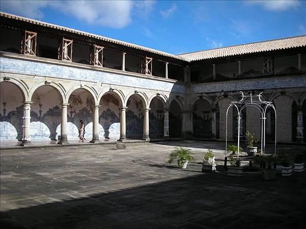 教堂中庭院,牆壁皆是磁磚壁畫