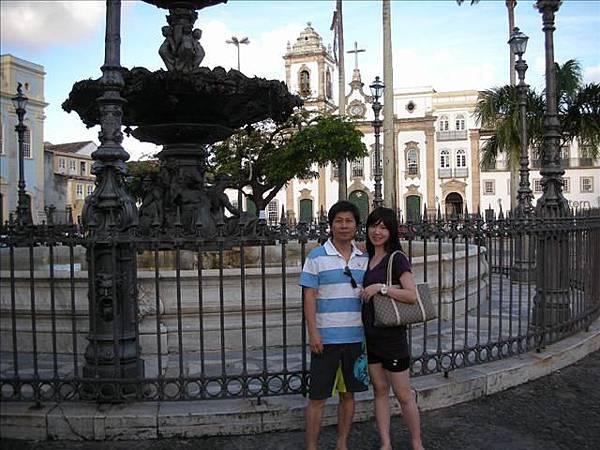 在廣場的噴水前拍個照