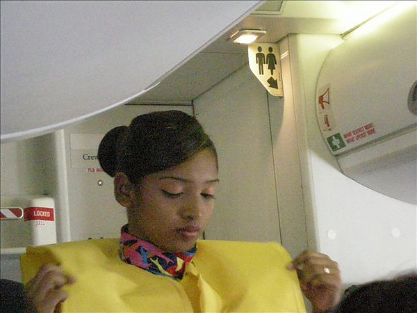 當地空姐都好漂亮喔