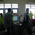 Hanimaadhoo機場的行李是人工搬運耶