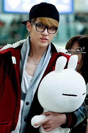 130127-exo-kris-with-tuzki-plushie-at-gimpo-airport