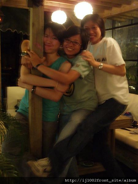 硬是要抱在一起的三個人