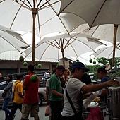 前面的店員正在裝可口的免費椰子水給大家喝