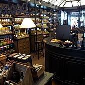 在恰圖恰的KARMAKAMET芳療小店,裡面裝潢得很漂亮喔