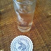 招待的先生倒給我們的超好喝香茅茶~杯墊很可愛