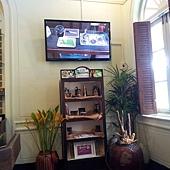 講台右邊,牆上有超大的電視,可以看到老師工作台的俯視畫面