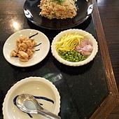 泰式蝦仁炒飯,老師的排盤超美啊~可以配四季豆,洋蔥跟芒果絲,還有甜甜的雞肉一起吃喔! 超美味的