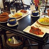 我們一做好菜,餐廳的人馬上幫我們把菜都擺上桌了,看起來超漂亮的吧~