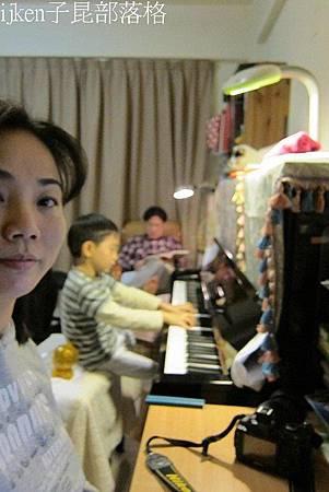 3f小孫彈鋼琴.jpg