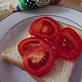 步驟2:蓋上番茄切片。