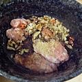 醬油大約淹到豬絞肉的一半