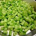 將四季豆切成小碎丁