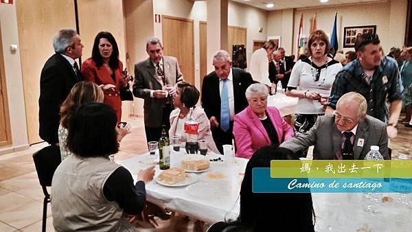 教堂裡的宴會免費吃.jpg