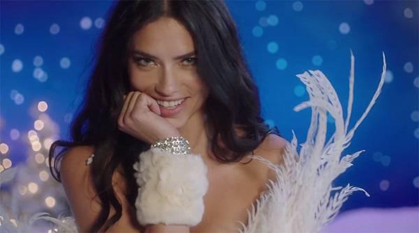 Adriana-Lima-Victorias-Secret-Santa-Baby-Video2.jpg