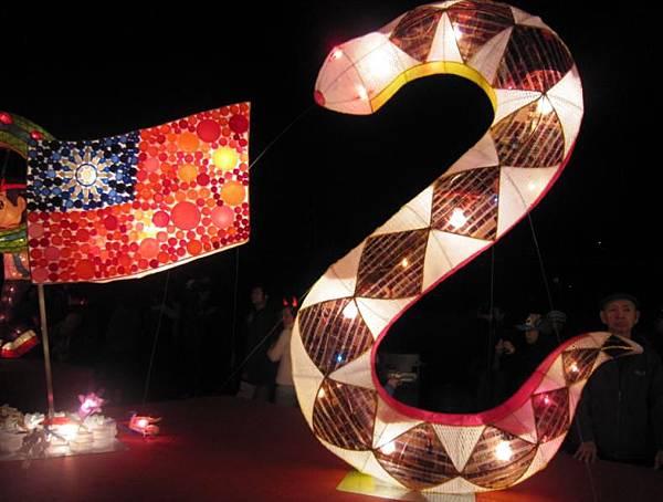 台北市三民國小用保特瓶及相機底片製作的花燈.jpg