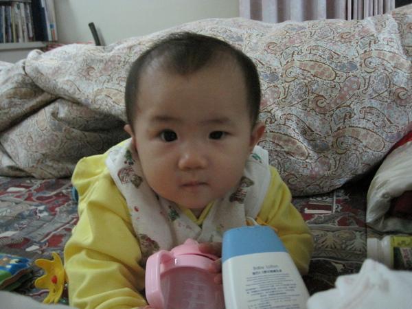 喝水杯、乳液瓶…都可以是小米的玩具喔!