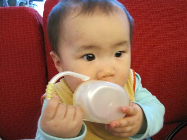 奶嘴盒小米也能咬得很高興…