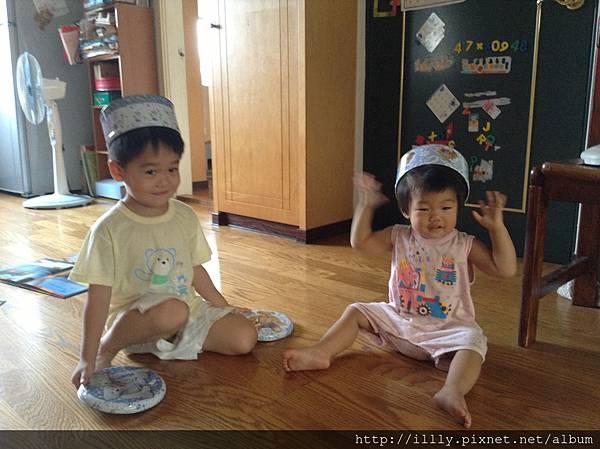 曲奇餅盒子玩法〜當帽子,鼓。