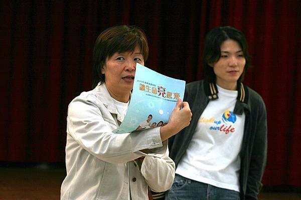 主持人小瑋姐正在跟大家說要寫迴響單