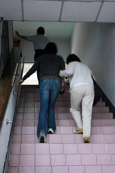 爬樓梯中的佳儀