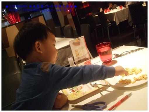 和爸爸搶食爆米花