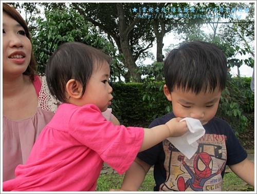 小公主:哥哥嘴角有冰淇淋,我幫哥哥擦乾淨。