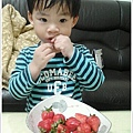 草莓好甜好好吃