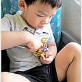 高鐵車上吃脆脆果果的小孩好認真