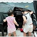 三個小孩躲在鋼琴裡面,不熱嗎?!